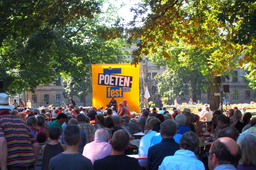 朗読に聞き入る人々。毎年エアランゲン市の夏は「文学の町」になる。1万2000人が訪ねる